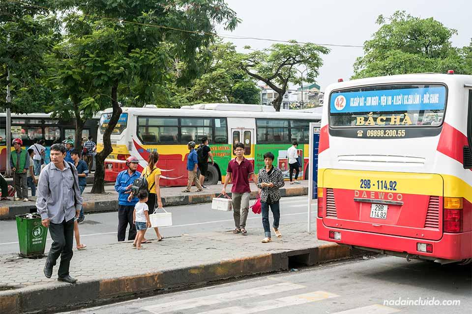 Dársenas de la estación de buses de Hanoi (Vietnam)