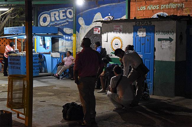 Esperando en la estación de bus que conectan Managua con León (Nicaragua)