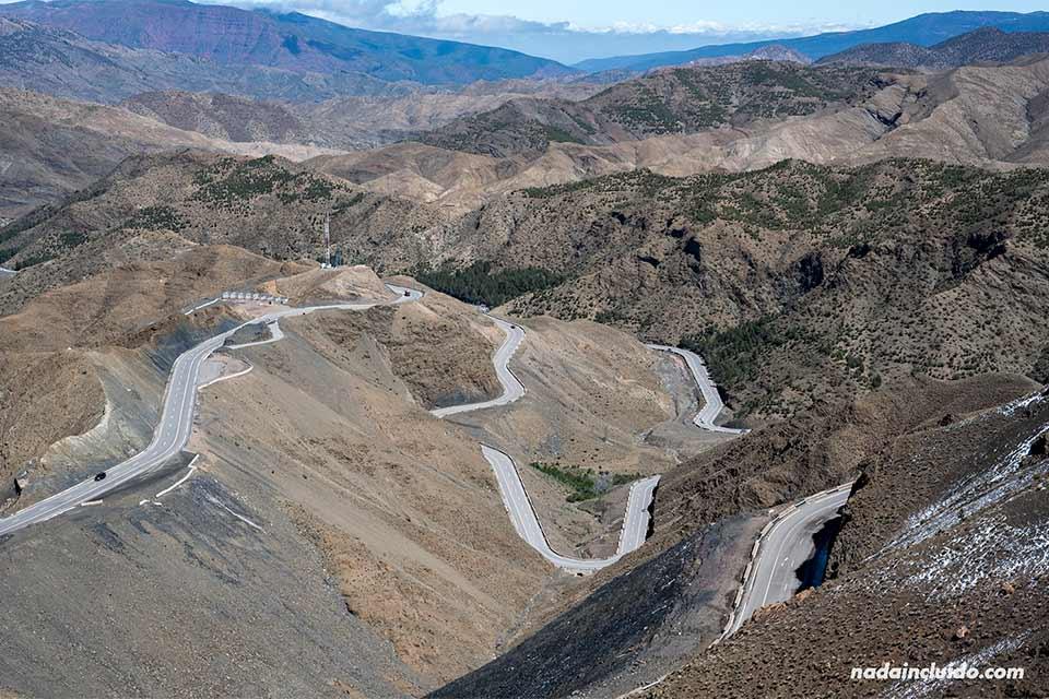 Carretera en la cordillera de El Atlas (Marruecos)
