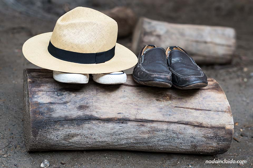 """Sombrero y zapatos junto a """"Las Canales"""" de Padules (Almería)"""
