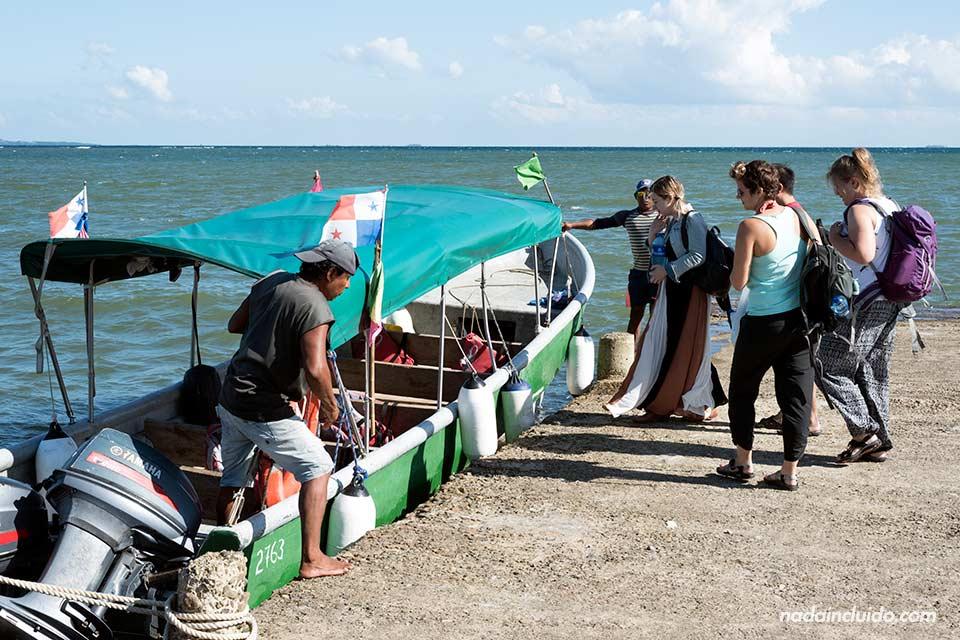 Agarrando un bote en dirección al archipiélago de San Blas, desde Puerto de Cartí (Panamá)