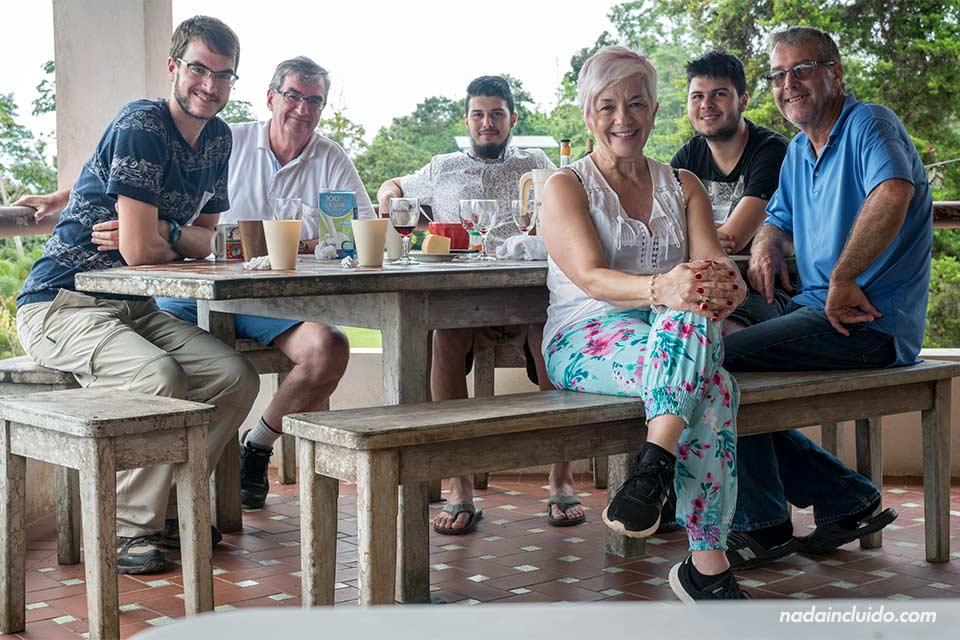 Comiendo con una familia costarricense. Esta sociedad es una de las razones para visitar Costa Rica