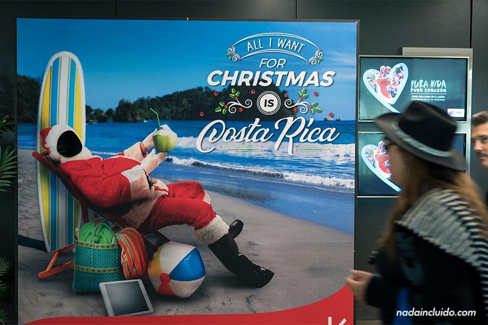 Cartel navideño en el aeropuerto de Juan Santamaría - Viajar a Costa Rica