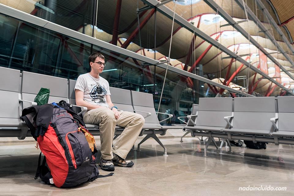 Esperando en la zona de embarque del aeropuerto de Barajas (Madrid, España)