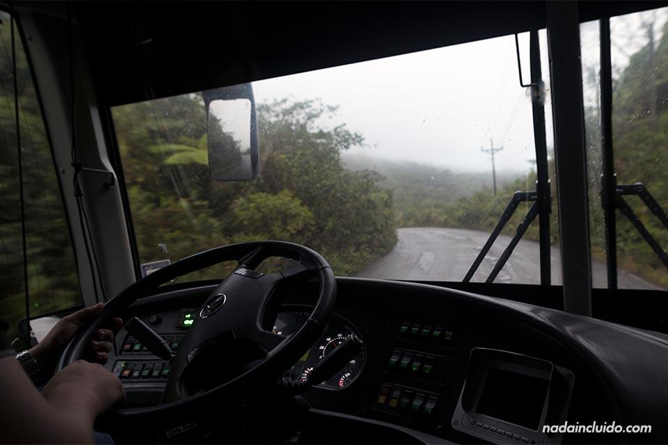 En el autobús que va desde David a Almirante, puerto de salida de los botes a Bocas del Toro (Panamá)