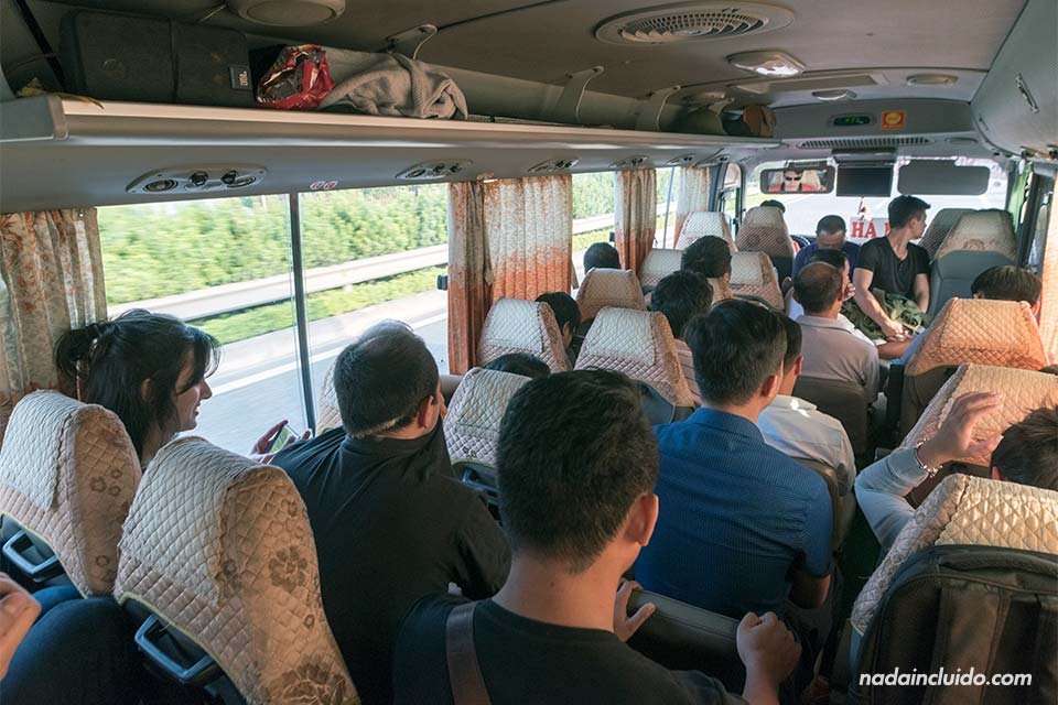 Autobús en la ruta Ninh Binh - Hanoi completamente lleno (Vietnam)