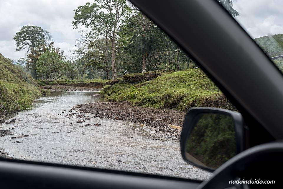 Atravesando un río de Costa Rica en coche durante el trayecto hacia Drake