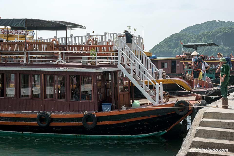 Barco en el muelle de Cat Ba con destino a la Bahía de Lan Ha (Vietnam)