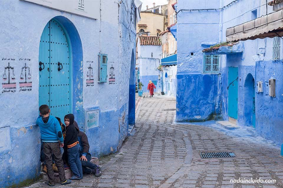 Niños en las calles de la medina de Chefchaouen (Marruecos)