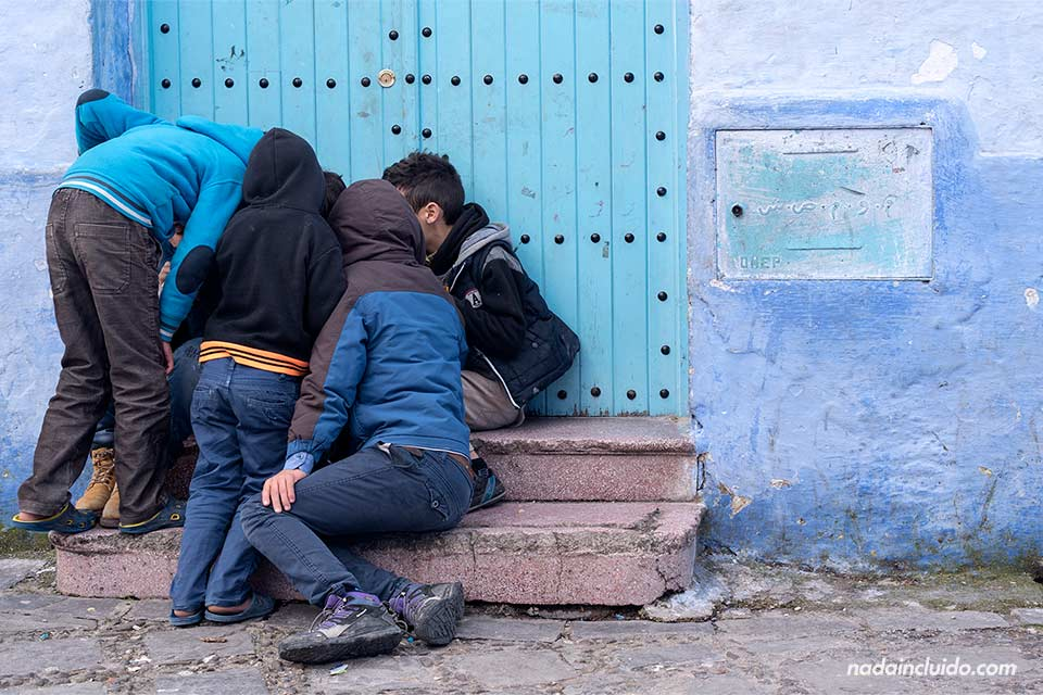 Niños jugando en la medina de Chefchaouen (Marruecos)