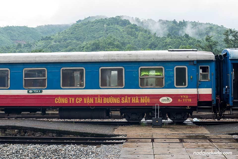 Tren parado en la Estación de trenes de la ciudad de Lao Cai, la más cercana a Sapa (Vietnam)