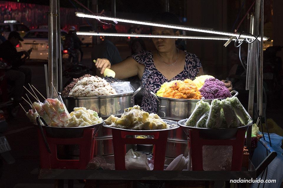 Comida callejera junto al Mercado Ben Thanh, Ho Chi Minh (Vietnam)