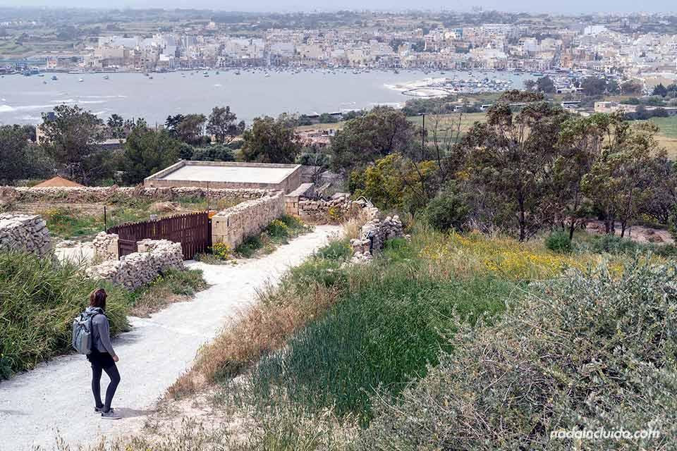 Caminando por unos senderos con vistas a Marsaxlokk (Malta)