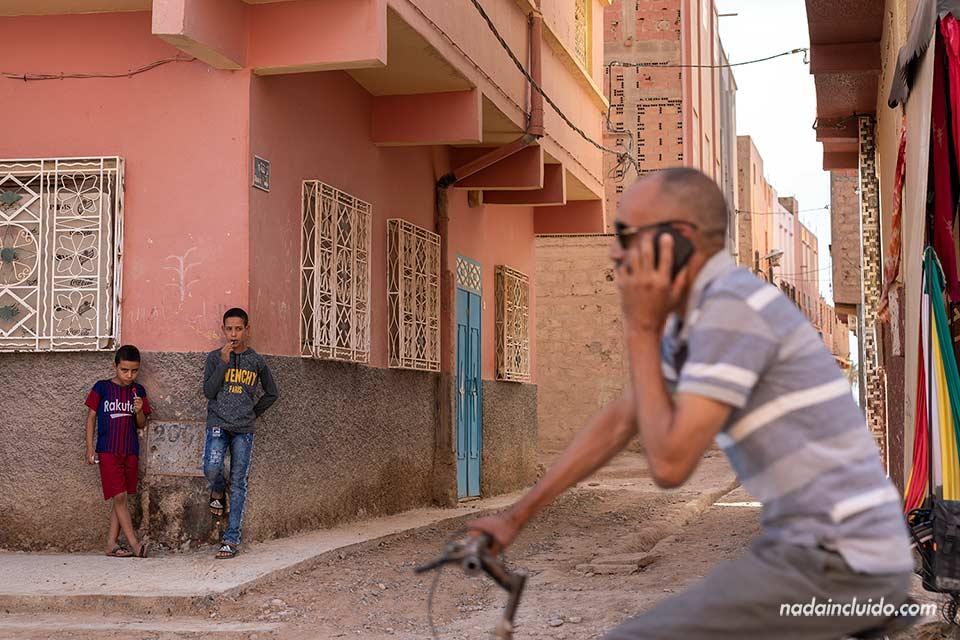 Niños en un pueblo cerca al desierto de Marruecos