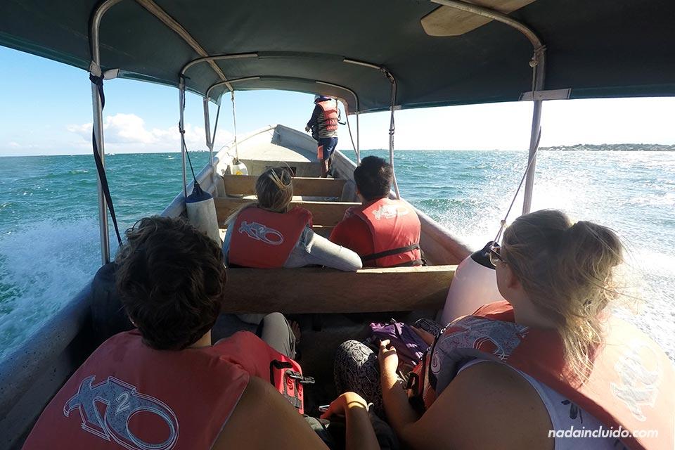 En bote hacia el archipiélago de San Blas (Panamá)
