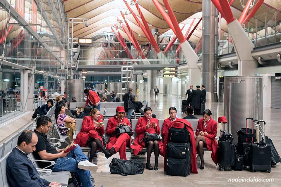 Azafatas en la zona de embarque del aeropuerto de Barajas (Madrid)