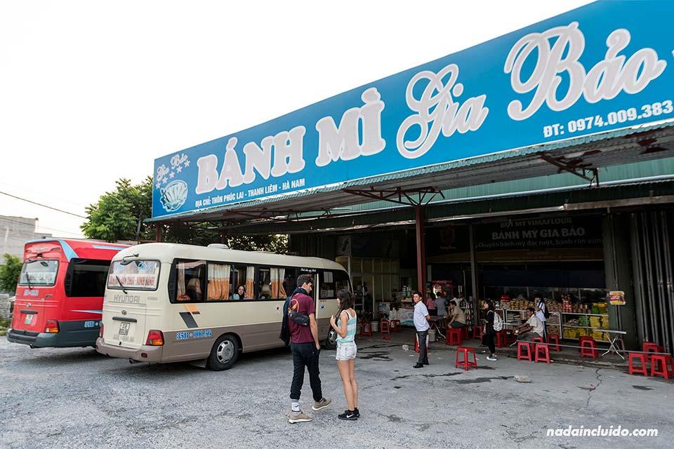 Área de servicio en la carretera a Ninh Binh (Vietnam)