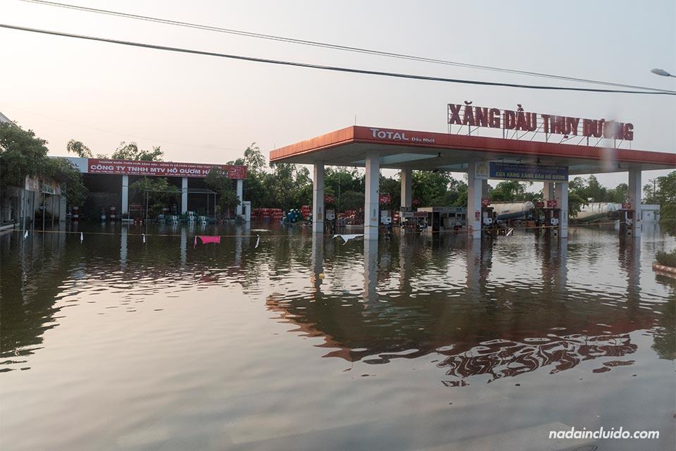 Inundaciones en la carretera camino a Ninh Binh (Vietnam)