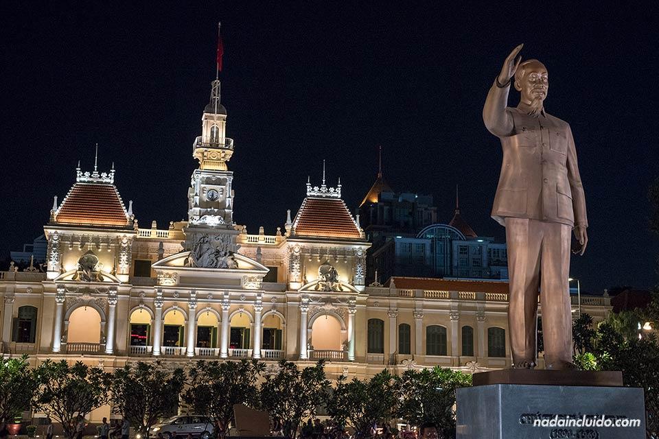 Iluminación nocturna del ayuntamiento de Ho Chi Minh (Vietnam)