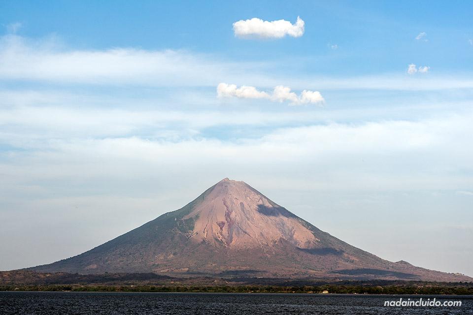 Vista desde el ferry del volcán Concepción en la Isla de Ometepe (Nicaragua)