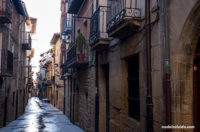 Calle mojada por la lluvia en Laguardia (País Vasco, España)