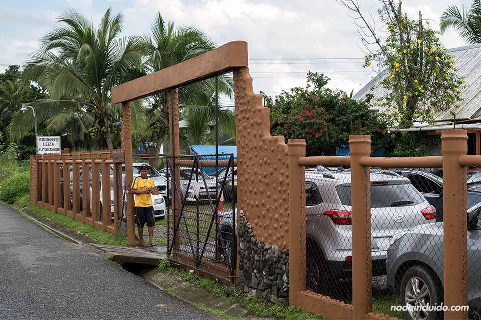 Parqueo de coches junto a los muelles de Almirante, lugar de salida de los botes a Bocas del Toro (Panamá)