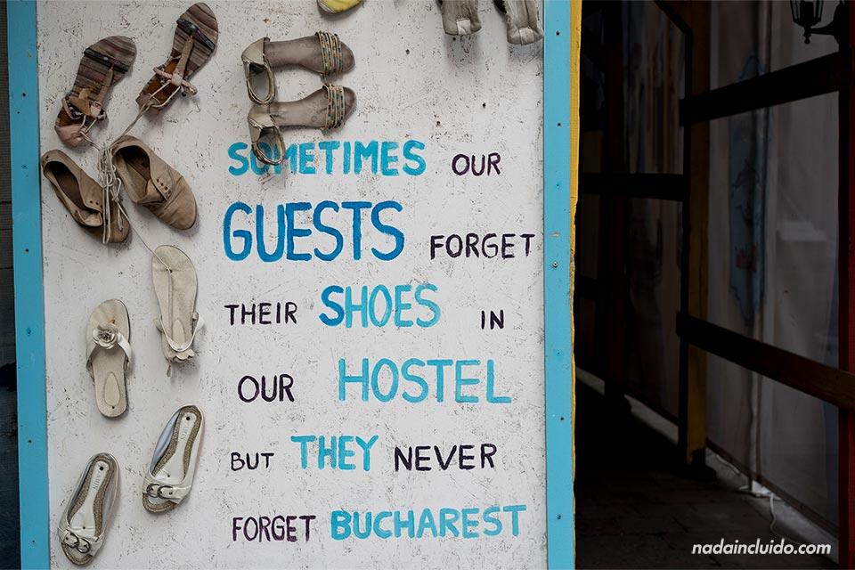 Cartel en la puerta del Hostal Pura Vida, Bucarest (Rumanía)
