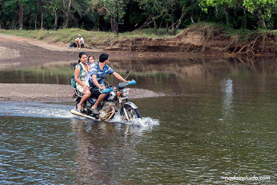 Una moto atraviesa un río en la carretera que lleva a Drake (Costa Rica)