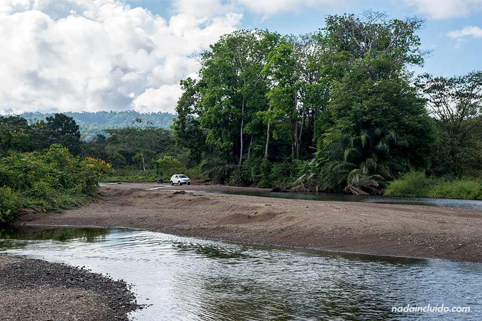 Uno de los ríos que hay durante el trayecto en carretera hacia Drake (Costa Rica)