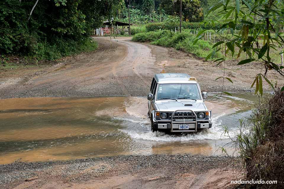 Un taxi todoterreno atraviesa un río en el camino hacia Drake (Costa Rica)