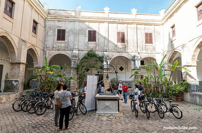Patio del Santuario de Nuestra Señora de Regla (Chipiona, Cádiz)