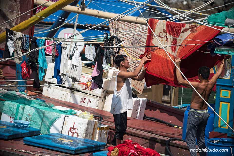 Ropa tendida en un pueblo flotante de la Bahía de Lan Ha (Vietnam)