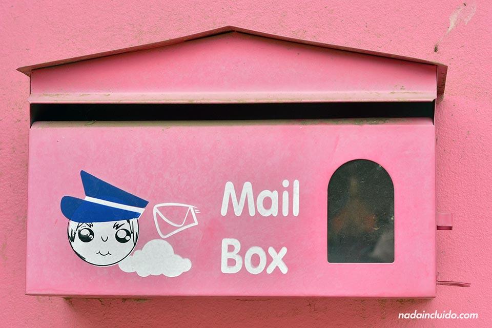 Buzón de correos rosa en Aranyaprathet (Tailandia)