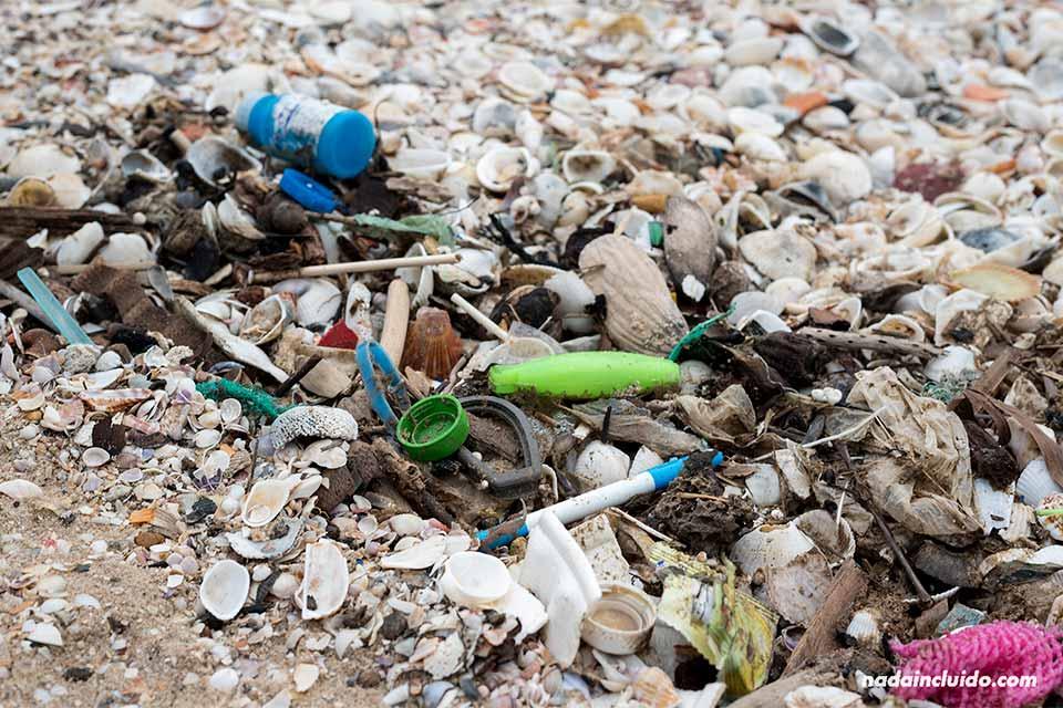 Restos de basura en la arena de las playas de Mui Ne (Vietnam)