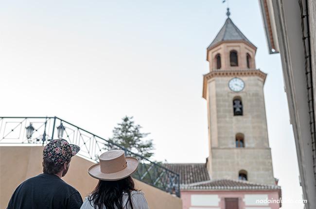 Viendo la iglesia Santa María La Mayor de Padul (Granada, Andalucía)