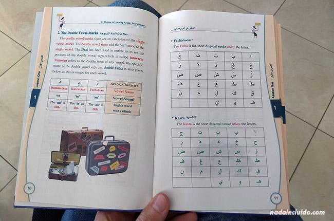Leyendo un libro de iniciación a la lengua árabe en Rabat (Marruecos)