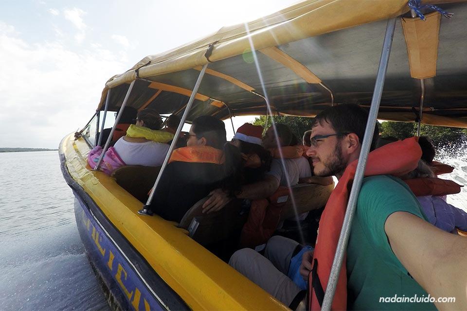 En el bote que conecta Almirante con Bocas del Toro (Panamá)