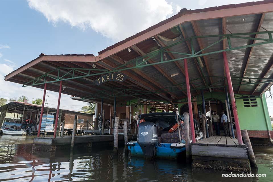 Muelle del puerto de Almirante, lugar de salida de las barcas a Bocas del Toro (Panamá)