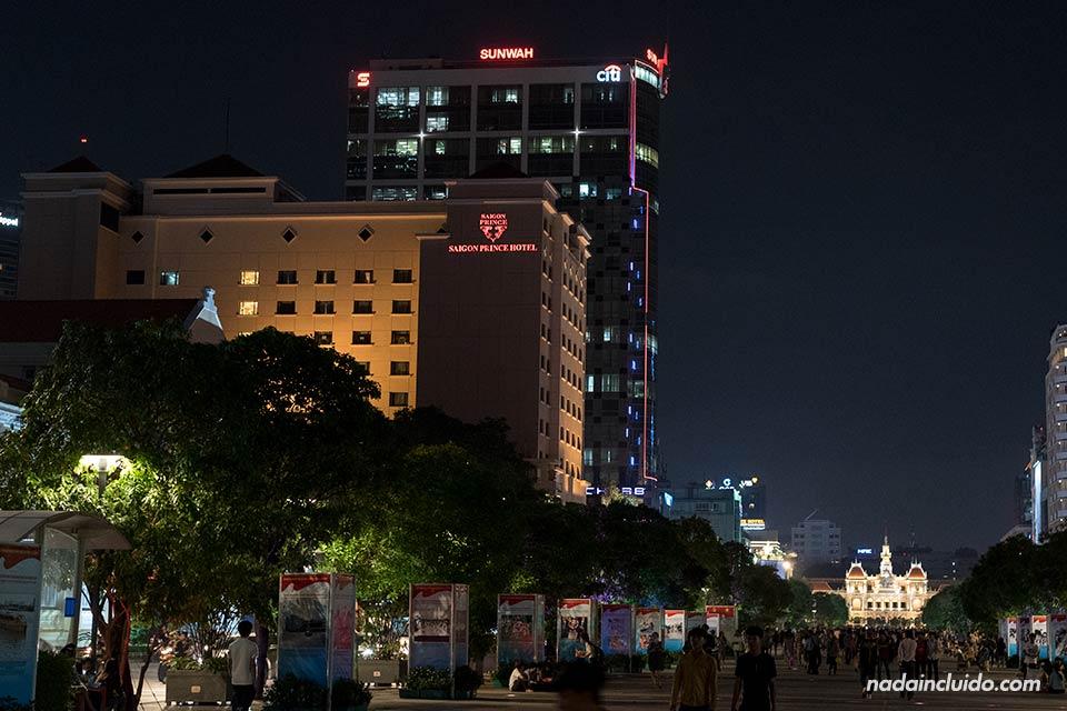 La calle Nguyen Hue de Ho Chi Minh por la noche (Vietnam)