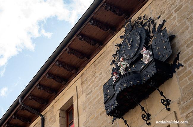 Danzarines salen del reloj de la Plaza Mayor de Laguardia, capital de Rioja Alavesa (País Vasco, España)