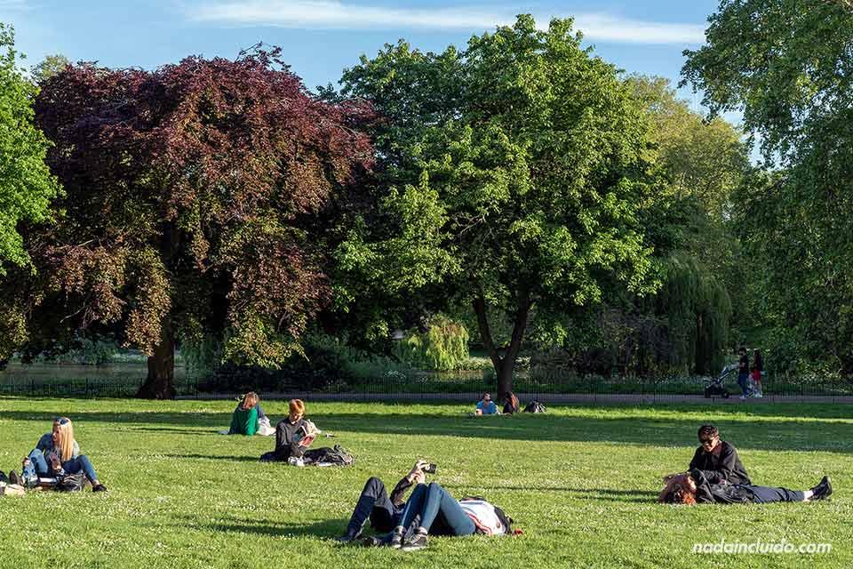 Gente tumbada en el parque St, James de Londres (Inglaterra)