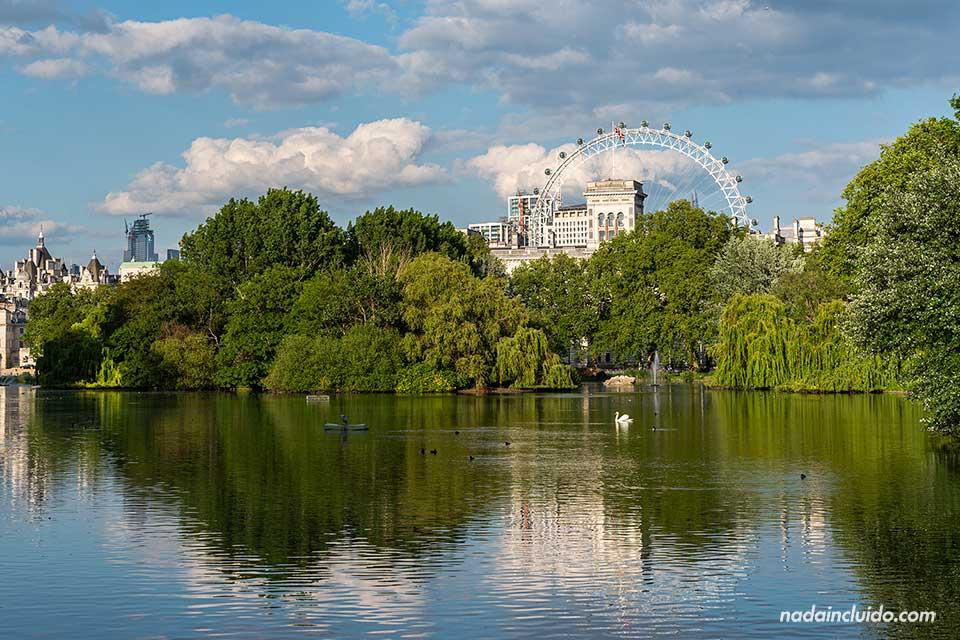 Largo del parque St. James, en el centro de Londres (Inglaterra)