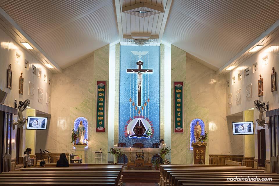 Interior de una iglesia católica de Mui Ne (Vietnam)