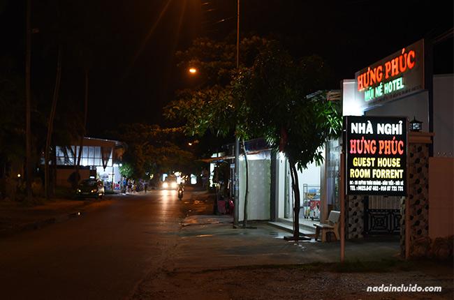 Iluminación nocturna de la calle principal de Mui Ne (Vietnam)