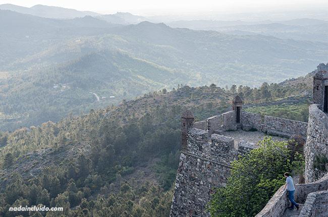 Viendo el paisaje desde el castillo de Santa María de Marvao (Alentejo, Portugal)