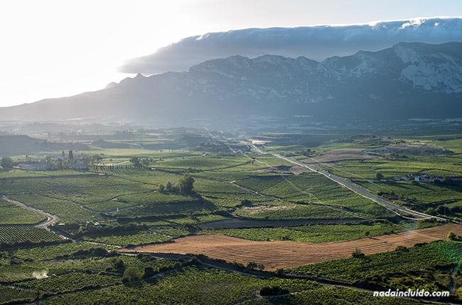 Vistas de Rioja Alavesa y Sierra Cantabria desde la Torre Abacial en Laguardia (País Vasco, España)