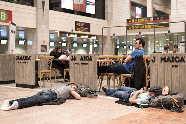 Esperando en la Cafetería Jamaica en la T2 del Aeropuerto de Barcelona (España)