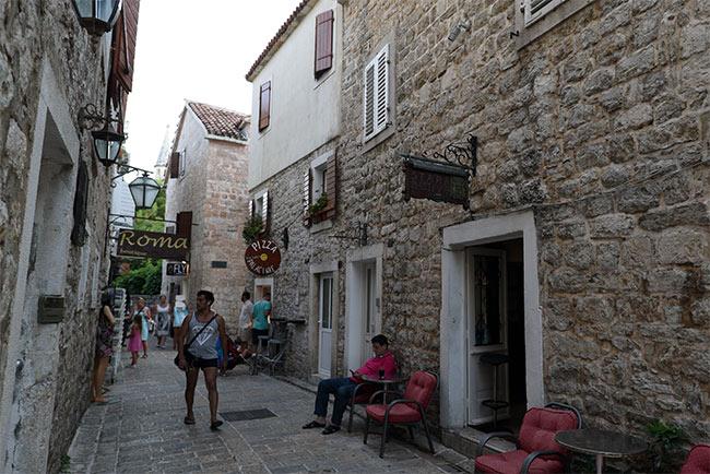 Turista paseando por el Stari Grad de Budva (Montenegro)