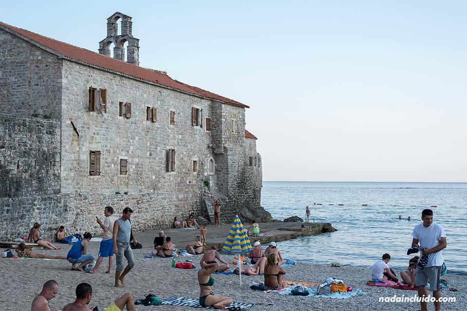 Playa junto al Stari Grad de Budva (Montenegro)