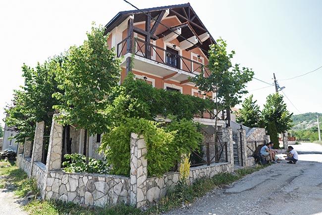 Esperando en la puerta de una casa AirBnb en Cetinje (Montenegro)